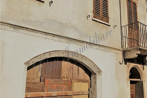 Casa da ristrutturare zona Duomo con giardino e garage