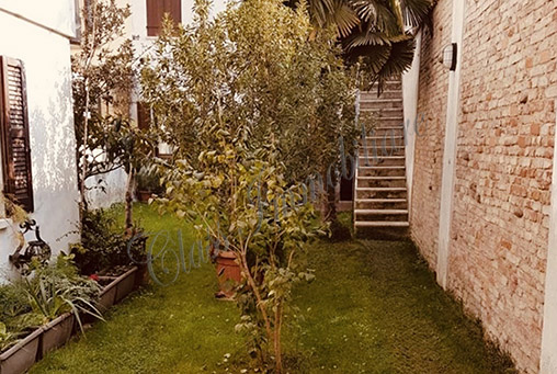 Casa mantovana laterale via Chiassi con giardino e garage