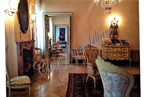 Prestigiosa proprietà al piano nobile con terrazzo e garage